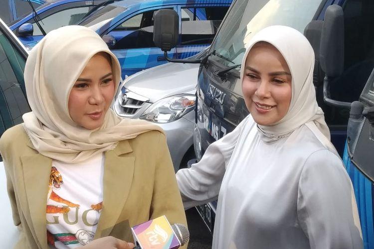 Artis peran dan presenter Olla Ramlan bersama adiknya Cynthia Ramlan saat ditemui usai tampil di salah satu acara stasiun televisi swasta di kawasan Mampang, Jakarta Selatan, Selasa (28/5/2019).