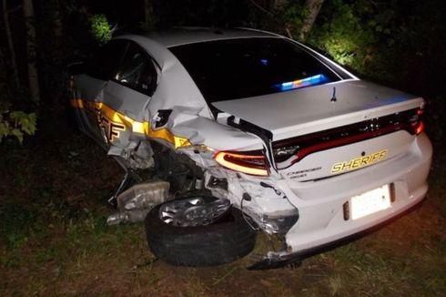 Pengemudi Asik Nonton Film Mobil Tesla Autopilot Tabrak Mobil Polisi hingga Rusak Parah