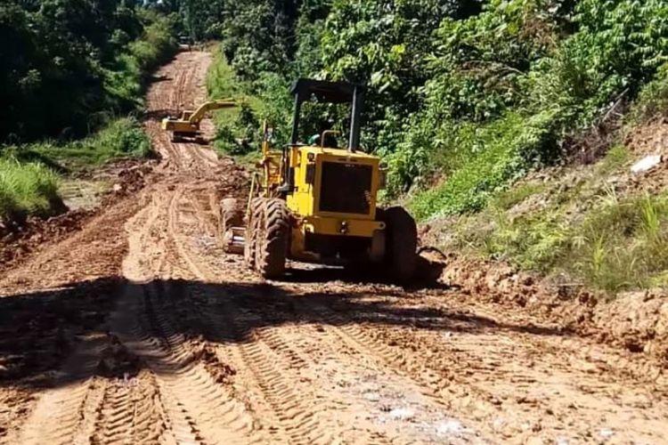 Jalan Trans-Papua Barat, yang menghubungkan Manokwari Selatan dan Bintuni, mulai diperbaiki oleh Pelaksana Jalan Nasional (PJN) Wilayah IV Bintuni.