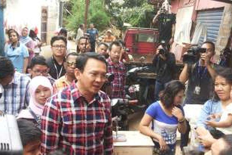 Calon gubernur DKI Jakarta nomor dua, Basuki Tjahaja Purnama alias Ahok saatblusukan kampanye ke permukiman warga di RT 13/RW 7 Kelurahan Cilandak Timur, Pasar Minggu, Jakarta Selatan, Rabu (21/12/2016).