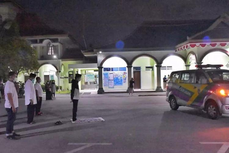 PIMPIN SALAT-- Bupati Madiun, Ahmad Dawami memimpin langsung shalat jenazah seorang tenaga kesehatan yang meninggal akibat Covid-19 sebelum dimakamkan secara prokes di halaman gedung RSUD Caruban, Kabupaten Madiun, Jawa Timur, Rabu (21/7/2021) malam.