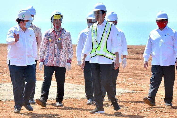 Presiden Jokowi melakukan peninjauan di lokasi Kawasan Industri Terpadu Batang dan Relokasi Investasi Asing ke Indonesia yang terletak di Desa Ketanggan. Kec Gringsing, Kabupaten Batang, Selasa 30/06/2020. Presiden Jokowi didampingi Menteri BKPM, Menteri BUMN, Menteri PUPR, Menteri Perhubungan dan Menseskab.