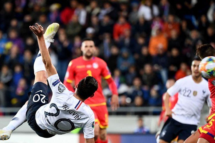 Aksi akrobatik Florian Thauvin pada pertadingan Andorra vs Perancis dalam lanjutan kualifikasi Euro 2020 di Stadion Nasional Andorra La Vella, 11 Juni 2019.