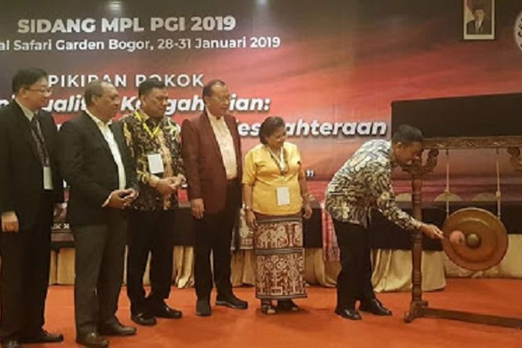 Menteri Agama Lukman Hakim memukul gong tanda dimulainya sidang Majelis Pekerja Lengkap (MPL) Persekutuan Gereja Indonesia (PGI) di Kota Bogor, Senin (28/1/2019).