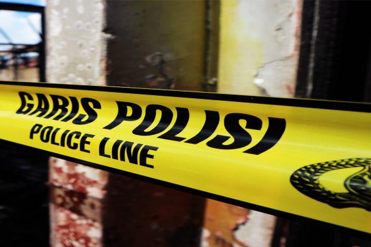 Garis polisi yang masih terpasang di gedung sekolah dasar negeri yang dibakar.