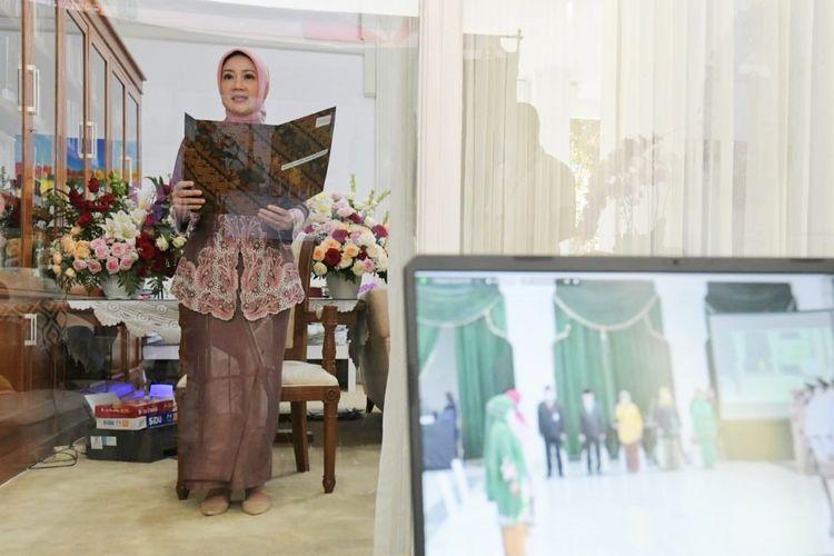 Ketua TP-PKK Provinsi Jawa Barat Atalia Praratya Kamil saat melantik Ketua TP-PKK Kabupaten Bandung dan Kabupaten Tasikmalaya periode tahun 2021-2026 secara virtual dari Gedung Pakuan Bandung, pada Senin (26/4/2021).