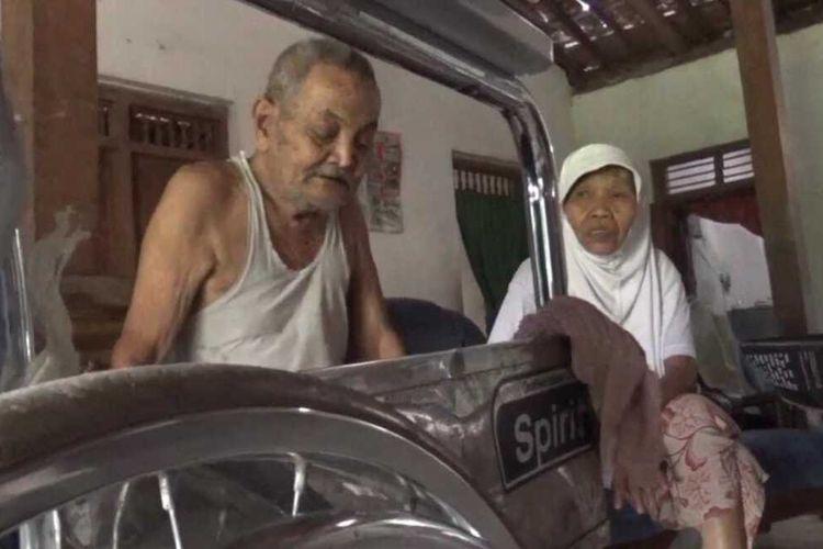 BATAL DUA KALI—Nur Salim (93), warga Desa Pucang Anom, Kecamatan Kebonsari, Kabupaten Madiun hanya bisa pasrah ketika pemerintah menunda untuk kembali pemberangkatan ibadah haji ke tanah suci tahun 2021.