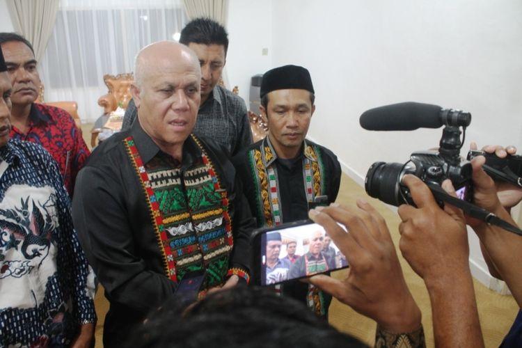 Bupati Aceh Tengah, Shabela Abubakar saat diwawancarai sejumlah wartawan dalam suatu kegiatan.