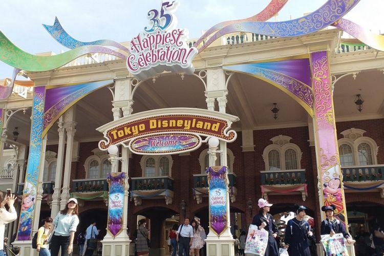 Pintu masuk area Tokyo Disneyland diubah desain dan dekorasinya sesuai tema perayaan ulang tahun ke-35 pada tahun 2018, yaitu Happiest Celebration.