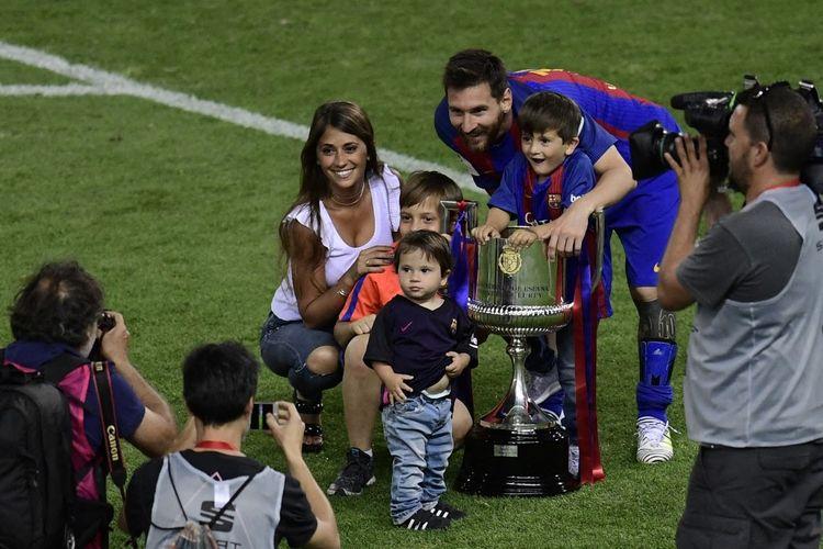 Lionel Messi bersama sang istri Antonella Roccuzzo dan ketiga anaknya berpose dengan trofi Copa del Rey 2017 seusai Barcelona mengalahkan Alaves 3-1 pada 27 Mei 2017.