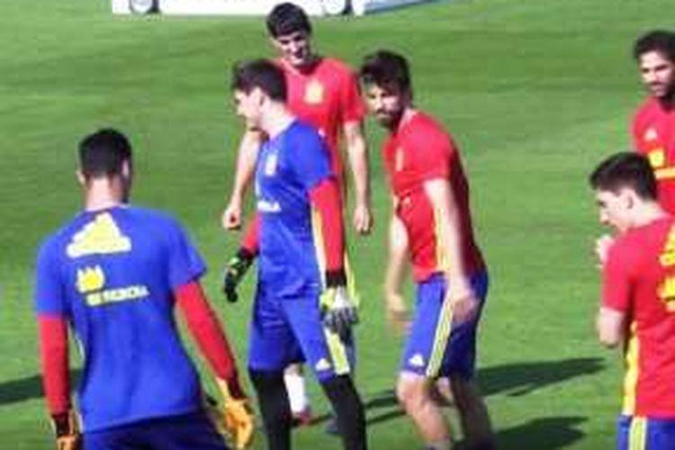 Bek tim nasional Spanyol, Gerard Pique, dan Iker Casillas, baku tampar saat latihan tim.