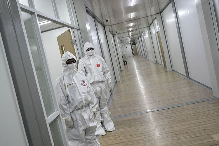Dua orang dokter berdiri di depan salah satu ruang modular di Rumah Sakit Pertamina Jaya, Cempaka Putih, Jakarta, Senin (6/4/2020). Rumah Sakit darurat COVID-19 tersebut berkapasitas sebanyak 160 tempat tidur dalam ruangan dan 65 kamar isolasi bertekanan negatif untuk merawat pasien positif COVID-19 sesuai standar yang ditetapkan oleh Organisasi Kesehatan Dunia atau WHO.