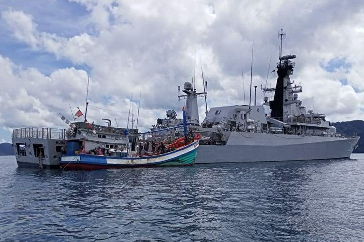 KRI Bung Tomo-357 mengamankan satu kapal ikan asing asal Vietnam saat melakukan pencurian ikan di ZEE Indonesia atau di Laut Natuna Utara, Kepulauan Riau, Minggu (23/8/2020).