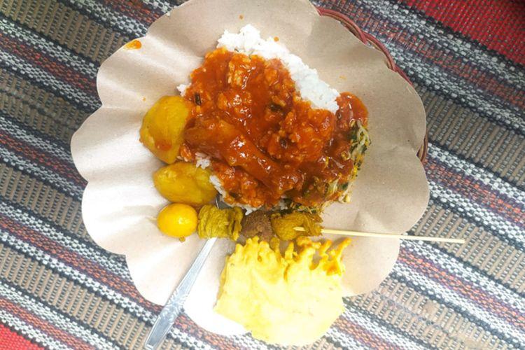 Sajian nasi boranan khas Kabupaten Lamongan.