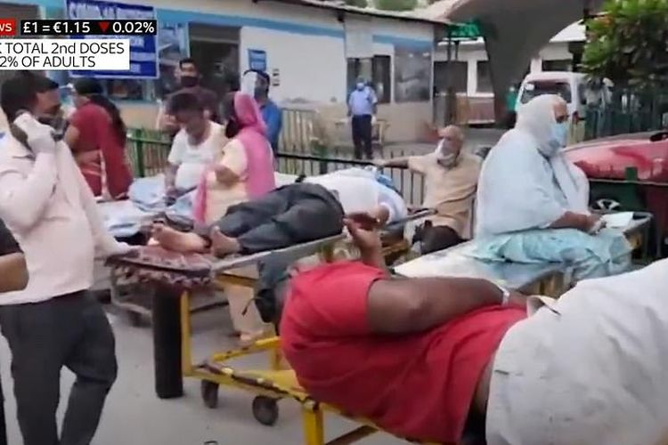 Tangkapan layar dari tayangan Sky News menunjukkan situasi seperti apa kengerian Covid-19 di India, di mana pasien terpaksa berbaring di luar rumah sakit yang sudah terlalu sesak.
