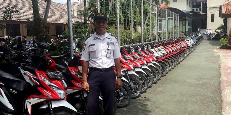 Slamet Gunaedi (47), satpam SMAN 4 Tangerang Selatan yang viral karena kebiasaannya menyusun motor sesuai warna dan merek.