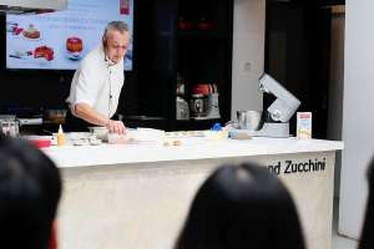Chef Gerald A Maridet memberikan kelas memasak bertema 'Cream of Europe' di Jakarta, Kamis (15/9/2016).