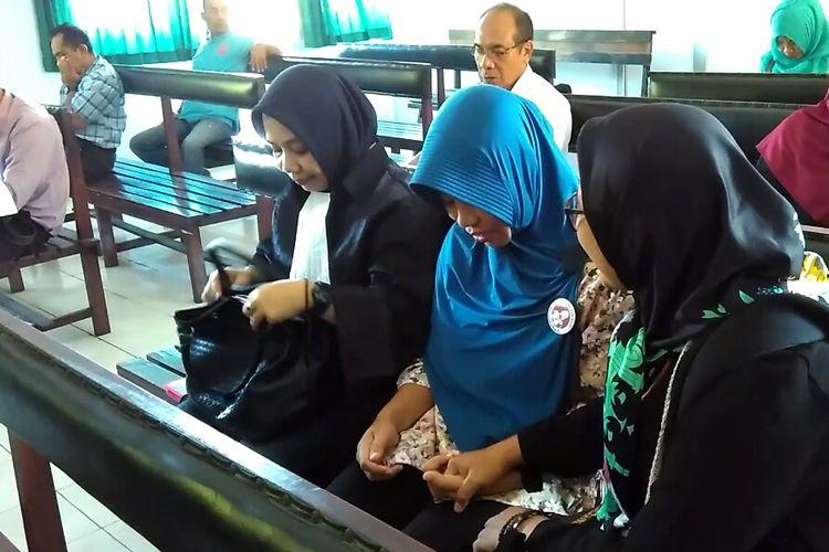 Nuril bersama pendamping dan kuasa hukum, saat berada di ruang sidang di Pengadilan Negeri Mataram, Rabu (17/5/2017).