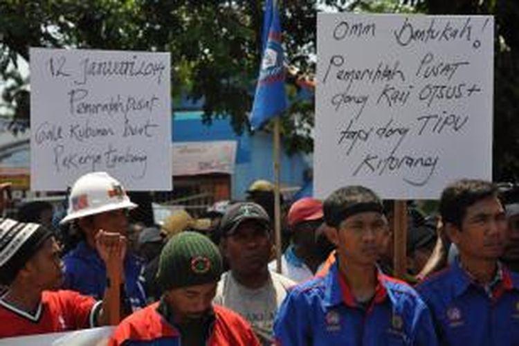 Sebuah pamflet yang berisi kecaman terhadap UU No 4 Tahun 2009 tentang pertambangan dan mineral yang dibawa oleh pengunjuk rasa di halaman kantor DPRD Mimika, Senin (6/1/2014). Sekitar 1500 perwakilan dari 31000 pekerja di areal pt freeport indonesia menggelar unjuk rasa meminta dprd mimika mengeluarkan rekomendasi penundaan pelaksanaan UU Minerba.