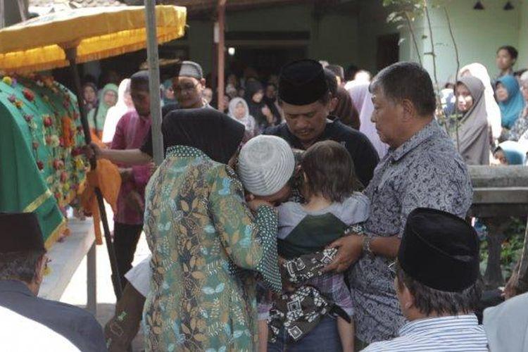 Wakil Bupati Sleman Sri Muslimatun menghadiri upcara pemakaman Khoirunnisa Nur Cahyani Sukmaningdyah, yang merupakan salah satu korban meninggal saat acara susur sungai. Khoirunnisa dimakamkan hari Sabtu (22/2/2020) ini di makam Dusun Karanggawang Girikerto, Turi. (Tribunjogja.com | Hasan Sakri)