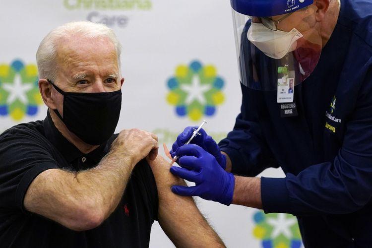 Presiden terpilih Amerika Serikat Joe Biden saat disuntik dosis kedua vaksin Covid-19 di Christiana Hospital, Newark, Delaware, pada Senin (11/1/2021). Vaksin virus corona ini disuntikkan oleh kepala eksekutif perawat Ric Cuming.
