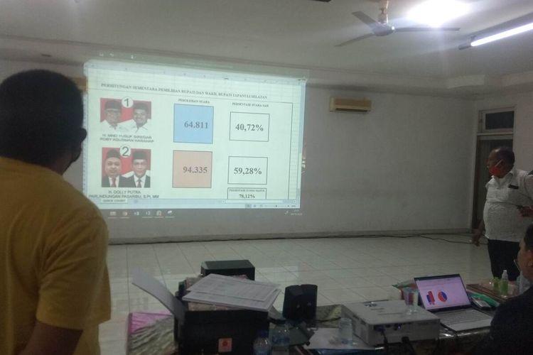 Proses penghitungan suara sementara di Posko Desk Pilkada Tapanuli Selatan (Tapsel) 2020 di Eks Kantor Pemkab Tapsel, Jalan Kenanga, Kota Padang Sidempuan, Rabu (9/12/2020). Hasil sementara menunjukkan pasangan nomor 02 Dolly-Rasyid unggul dari pasangan nomor 01 Yusuf-Roby.
