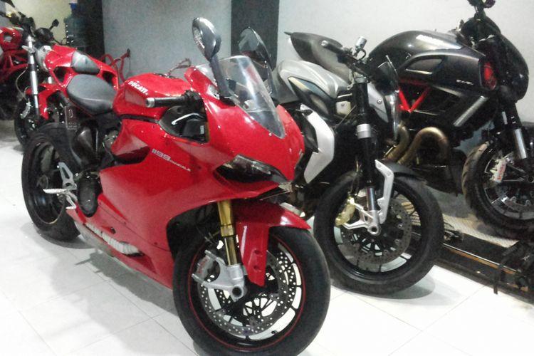 Sejumlah motor Ducati yang dijual diler moge seken R&J Motorsport yang beralamat di Jalan Jatiluhur, Duren Tiga, Jakarta Selatan, Jumat (9/2/2018).