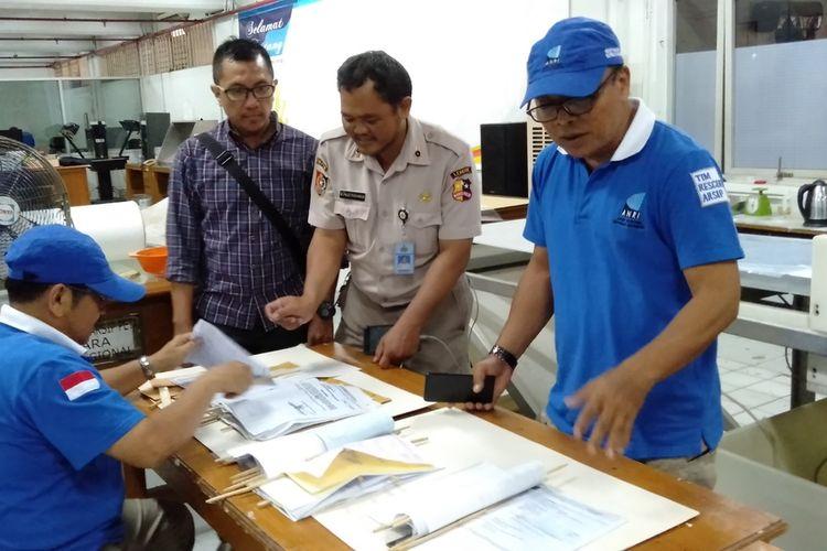 proses perbaikan surat - surat penting yang dilakukan pihak Arsip Nasional Republik Indonesia (ANRI), Kamis (2/1/2019)