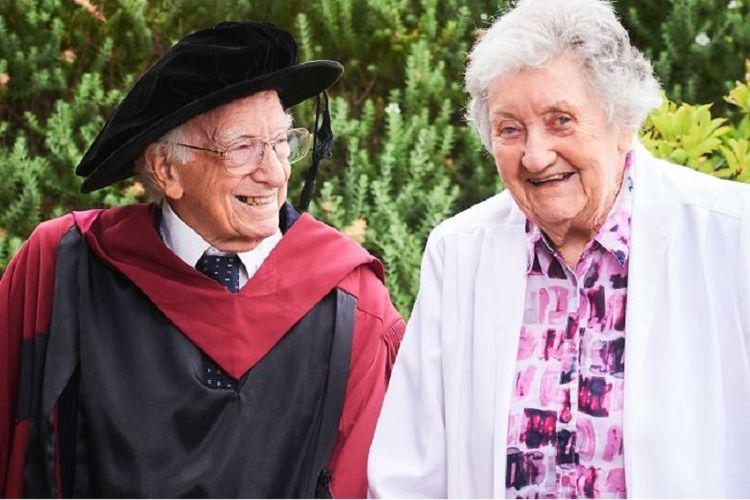 David Bottomley, berfoto bersama istrinya Anne, merupakan orang tertua yang wisuda S3 di Australia. Dia meraih gelar doktor pada usia 94 tahun di Curtin University.