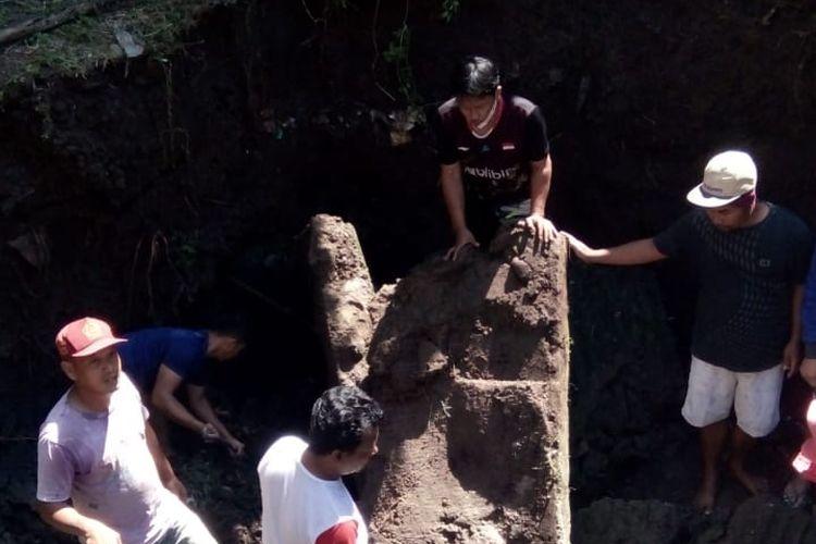 Warga mengevakusi korban yang tertimpa tembok kolam.