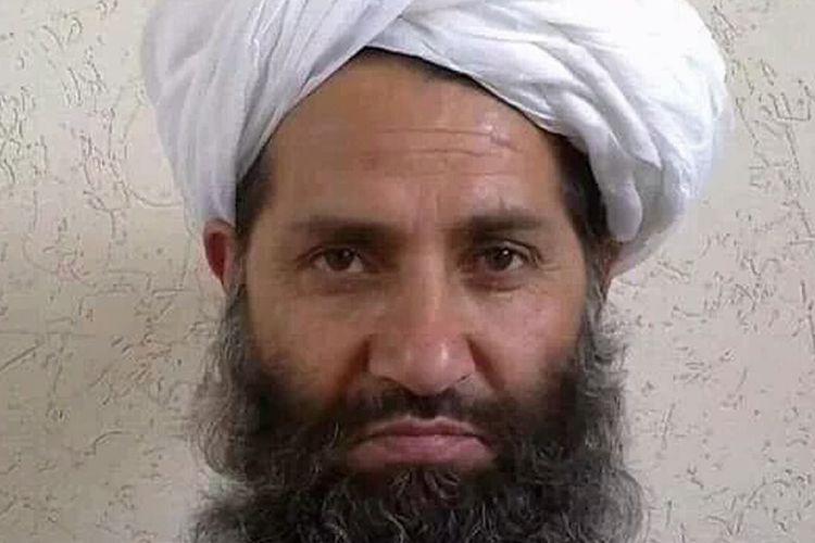 Foto tak bertanggal yang dirilis Taliban pada 25 Mei 2016, menampilkan wajah komandan baru Mullah Haibatullah Akhundzada. Ia difoto di sebuah lokasi rahasia.