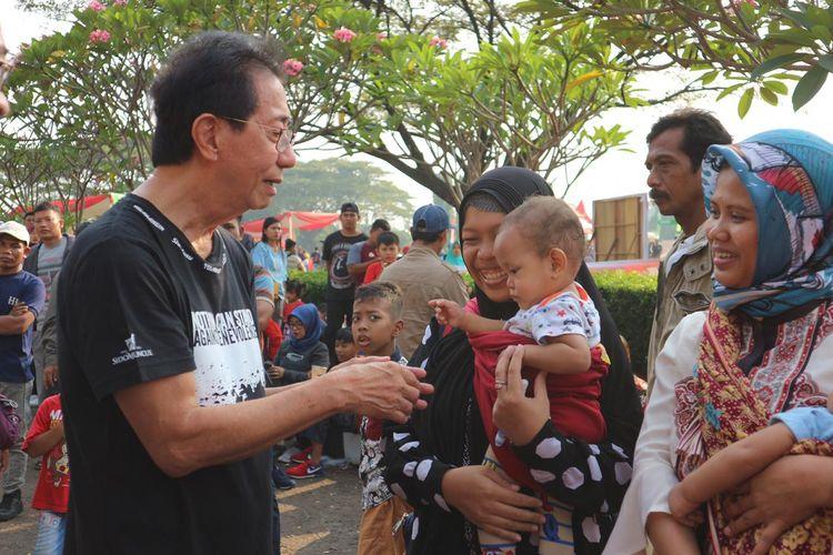 Direktur Utama PT Industri Jamu dan Farmasi Sido Muncul, Tbk, Irwan Hidayat saat menemui salah satu dari belasan ribu peserta mudik gratis di Museum Purna Bhakti Pertiwi, Taman Mini Indonesia Indah (TMII), Jakarta Timur, Kamis (30/5/2019).
