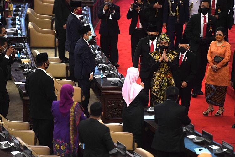 Presiden Joko Widodo didampingi Wakil Presiden Maruf Amin, Ketua MPR Bambang Soesatyo dan Ketua DPR Puan Maharani meninggalkan ruang sidang paripurna seusai menghadiri sidang tahunan MPR dan Sidang Bersama DPR-DPD di Komplek Parlemen, Senayan, Jakarta, Jumat (14/8/2020). Kepala Negara memilih menggunakan pakaian adat Sabu, Nusa Tenggara Timur, pada sidang tahunan yang digelar di tengah pandemi Covid-19 kali ini.