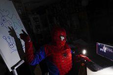 Guru di Bolivia Jadi Superhero Sambil Mengajar Via Internet