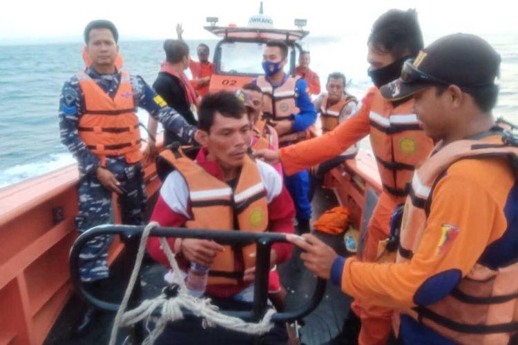Tim SAR Gabungan melakukan upaya pencarian terhadap 10 nelayan yang hilang di laut Selat Sunda. Tiga nelayan berhasil ditemukan selamat Sabtu (20/6/2020)
