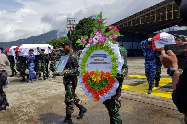 Pelepasan 8 jenazah anggota TNI yang menjadi korban jatuhnya Heli MI17 di Kabupaten Pegunungan Bintang, Papua, pada 28 Juni 2020. Pelepasan tersebut dipimpin oleh Panglima Komando Gabungan Wilayah Pertahanan III (Pangkogab Wilhan III), Letjen TNI Ganib Warsito di Hanggar Base Ops Lanud Silas Papare, Jayapura, Senin (18/02/2020)