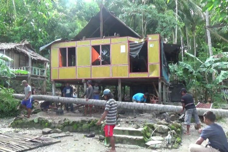 Rumah lansia Yusuf dan istrinya yang tertimpa pohon tumbang akibat angin kencang di Battoa, Sulawesi Barat.