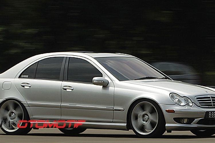 Sein samping di bemper depan sebagai khas Mercedes-Benz American Style