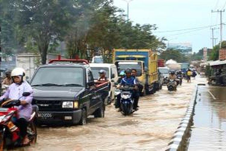 Banjir di Jalan DI Panjaitan Samarinda, yang merupakan jalur Trans Kalimantan yang menghubungkan Kaltim, Kalsel dan Kalimantan Utara