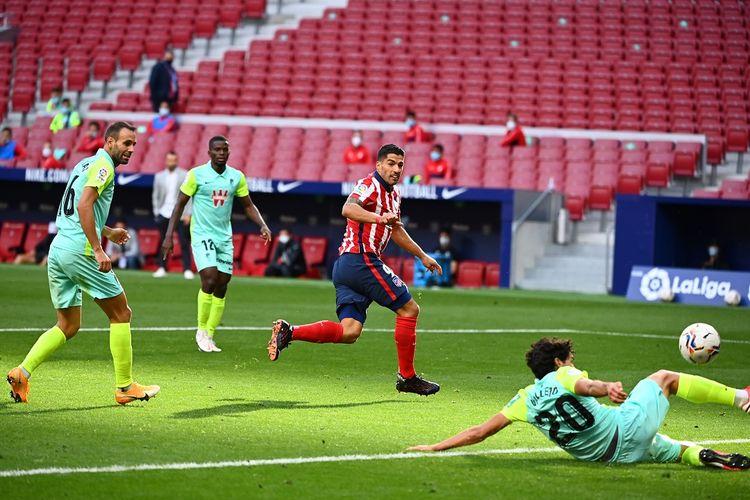 Penyerang Uruguay Atletico Madrid Luis Suarez (tengah) mencetak gol selama pertandingan sepak bola Liga Spanyol Klub Atletico de Madrid melawan Granada FC di stadion Wanda Metropolitano di Madrid pada 27 September 2020.