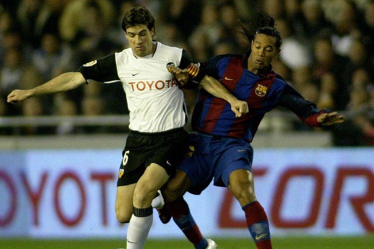 Pemain Barcelona Ronaldinho tampil pada laga Liga Spanyol kontra Valencia, 21 Februari 2004.