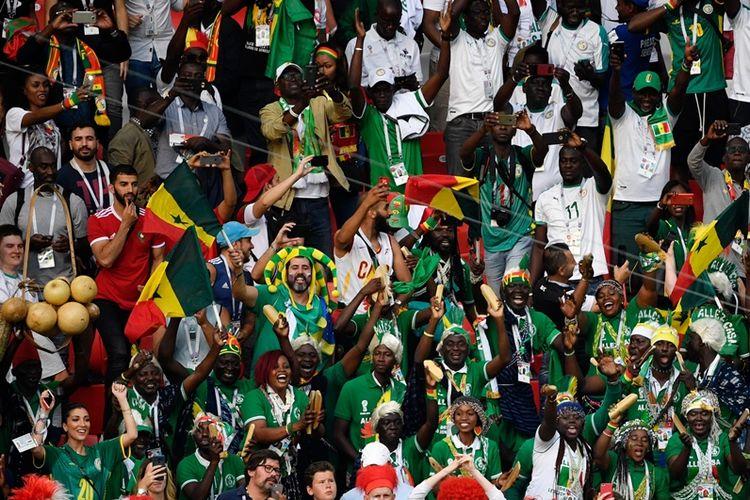 Fans Senegal melakukan selebrasi usai negaranya meraih kemenangan 2-1 atas Polandia dalam laga penyisihan Grup H Piala Dunia 2018 di Spartak Stadium, Moskow, 19 Juni 2018.