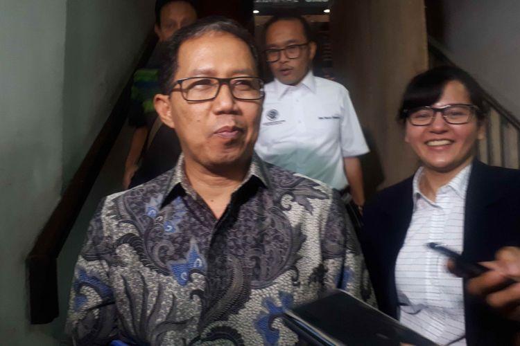 Pelaksana Tugas (Plt) Ketua Umum PSSI Joko Driyono tersenyum setelah diperiksa selama 11 jam oleh tim Satgas Antimafia Bola di Direktorat Reserse Kriminal Umum (Ditreskrimum)Polda Metro Jaya, Kamis (24/1/2019).