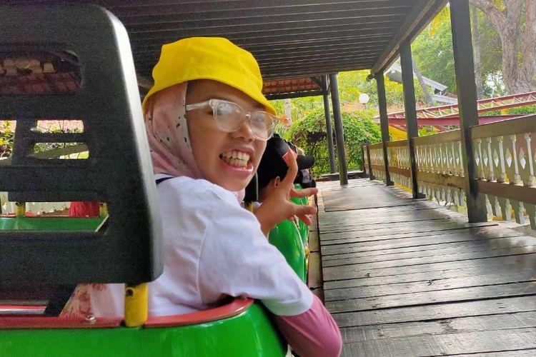 Penyandang disabilitas saat menaiki wahana di Dufan, Ancol, Jakarta, Selasa (3/12/2019).