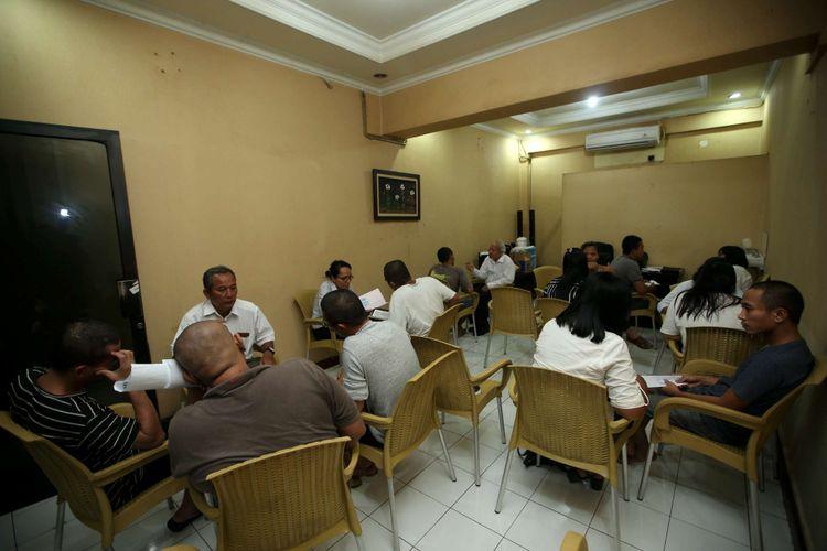 Tahanan tegah mengikuti kelas pendalaman alkitab di Rumah Tahanan Markas Kepolisian Daerah Metro Jaya, Jakarta, Rabu (14/2/2018). Kondisi rutan terbesar di Indonesia ini memiliki fasilitas yang cukup nyaman bagi para tahanan.