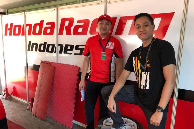 Pebalap senior Honda Racing Indonesia, Alvin Bahar, bersama dengan putranya, Avila Bahar.