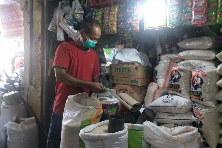 Eko, Pedagang sembako di Pasar Koja Baru, Jakarta Utara, Rabu (9/6/2021).