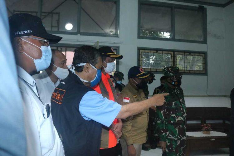 Kepala Badan Nasional Penanggulangan Bencana (BNPB) Doni Monardo (pakaian oranye) saat meninjau proses persiapan Politeknik Kesehatan Malang (Polkesma) Kota Malang sebagai rumah sakit lapangan untuk pasien Covid-19, Kamis (3/12/2020).