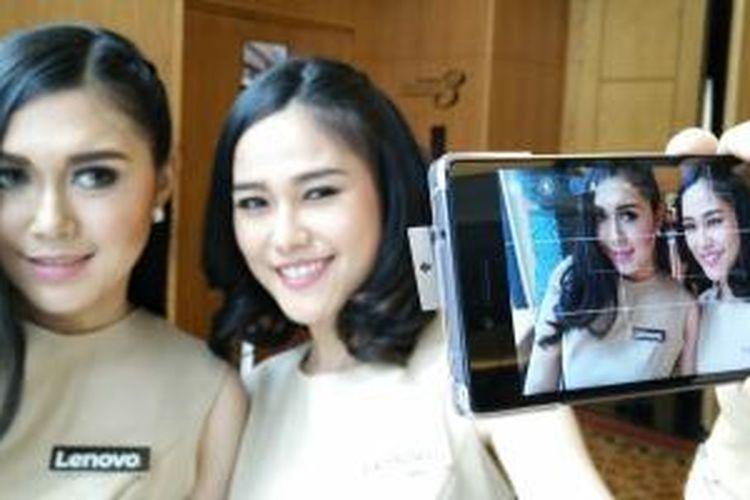 Smartphone terbaru Lenovo, Vibe Shot digunakan memotret model.