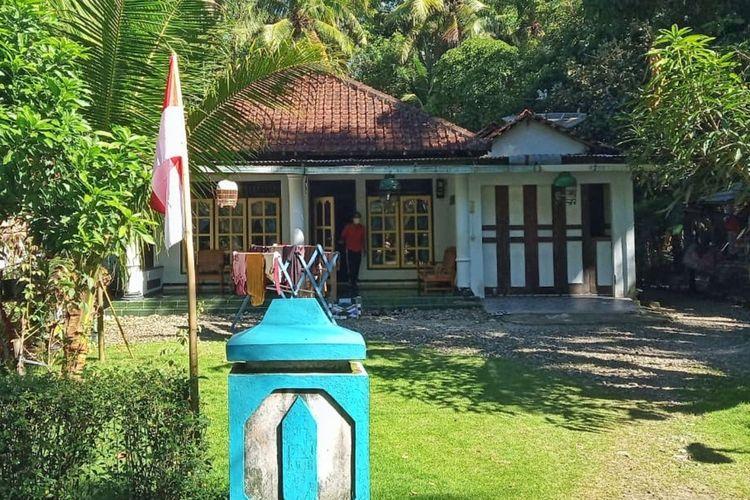 Warga Desa Jeruk Agung, Kecamatan Klirong, Kebumen, Jawa Tengah memasang bendera merah putih di depan rumah pasien isolasi mandiri, Rabu (7/7/2021).